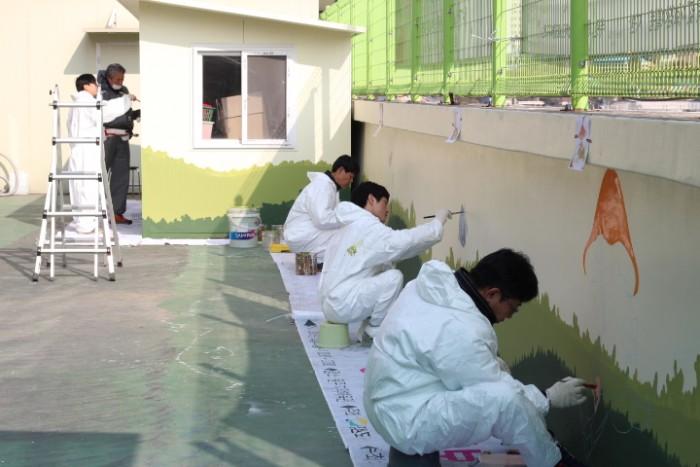 벽화를 그리고있는 봉사단원들의 모습